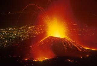 etna-eruzione-2001-sullo-sfondo-la-citta-di-catania-5811